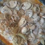 Dodana cebula, pieczarki i sos