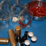 butelki z przyprawami i kapsle