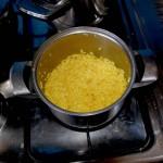 ugotowany ryż przed schowaniem pod poduchę