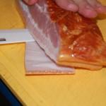 Wykrawanie skóry z boczku wędzonego